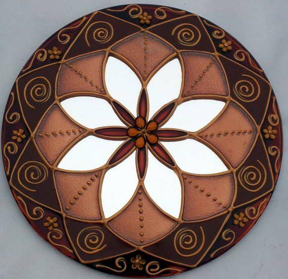 Mandala em espelho de 15cm, pintura vitral, decorado com tinta relevo dourada e pedrinhas coloridas.    Mandala em sânscrito significa círculo.  São veículos para o religamento da nossa consciência com o Todo Universal, do qual fazemos parte.    As Mandalas além de decorativas servem para imprimi...