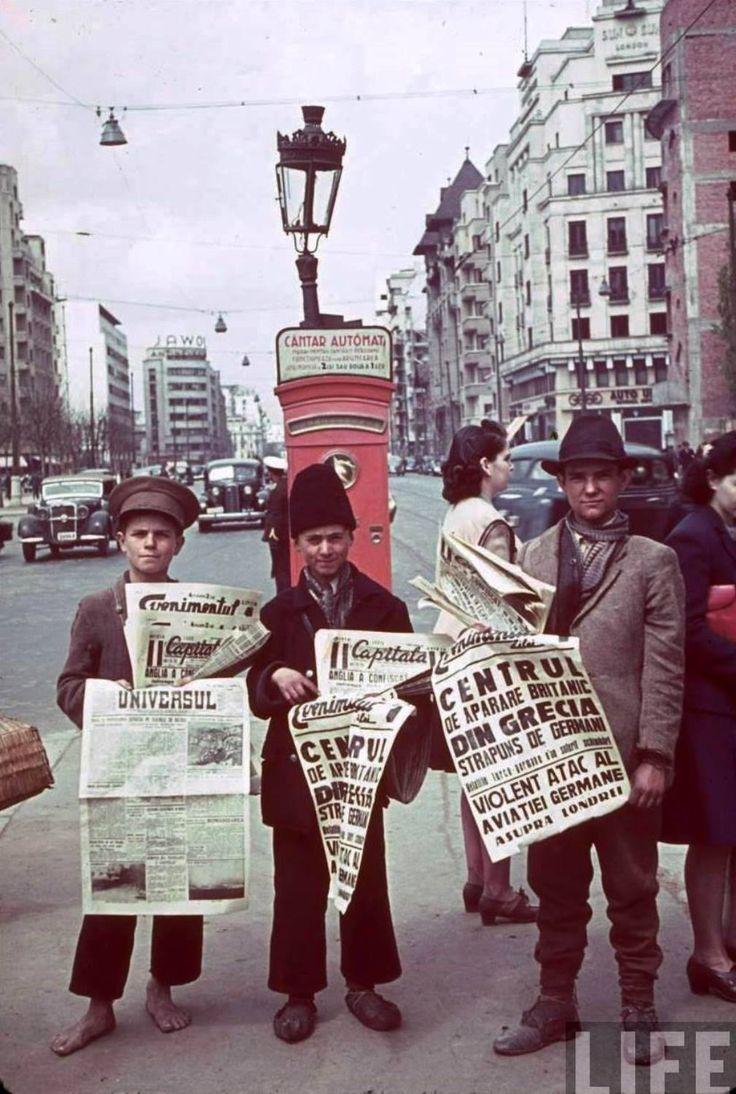 Imagine surprinsă în 1941 pe bulevardul I. C. Brătianu, în dreptul Sălii Dalles. În partea dreaptă se observă blocul de la intersecţia cu strada Traian Vuia, iar în stânga imaginii, în fundal, blocurile care flanchează şi astăzi bulevardul. Un cântar asemănător celui din spatele vânzătorilor mai exista încă, în anii comunismului, în parcul Cişmigiu. Foto: LIFE