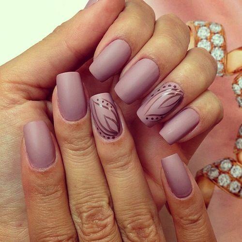 Camila Coelho laat deze mooie matte nude nagels haar vingertoppen sieren.