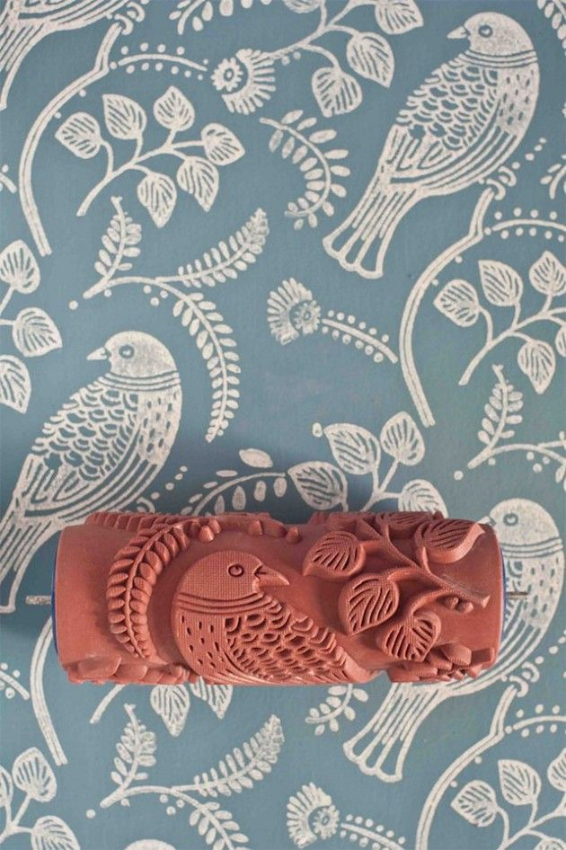 """Excelente alternativa ao papel de parede, os """"Patterned Paint Rollers"""" são rolos de pintura decorados com diferentes gravuras de padrões em alto relevo, que permitem a criação de desenhos em diferentes tipos de superfícies lisas."""
