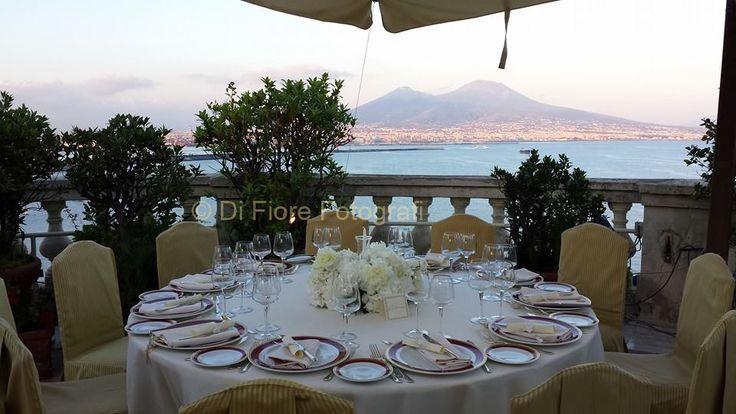 Matrimonio elegante a Napoli. Pranzo nuziale sulla terrazza del Grand Hotel Excelsior. Panorama mozzafiato.