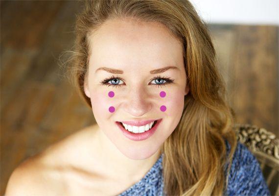 Ha az arcodon lévő hegeket, foltokat szeretnéd eltüntetni, akkor a mutató- és a középső ujjadat helyezd a szem alatti területre, körülbelül a pupillákkal egy vonalba, majd nyomd be őket egyszerre!