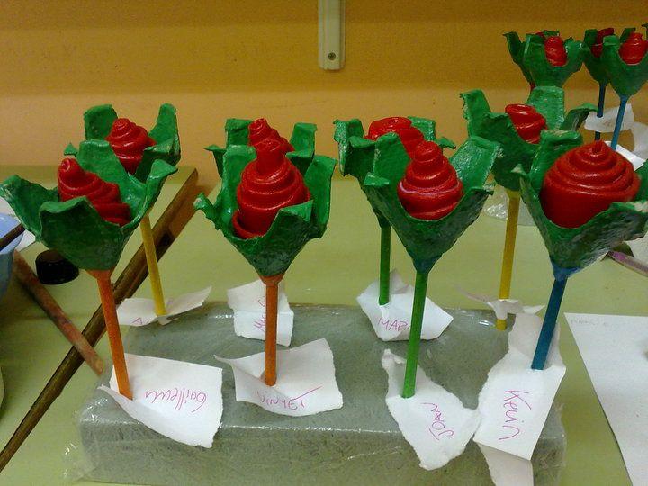 Roses de Sant Jordi de plastilina i base de cartró d'oure i tija de fusta.