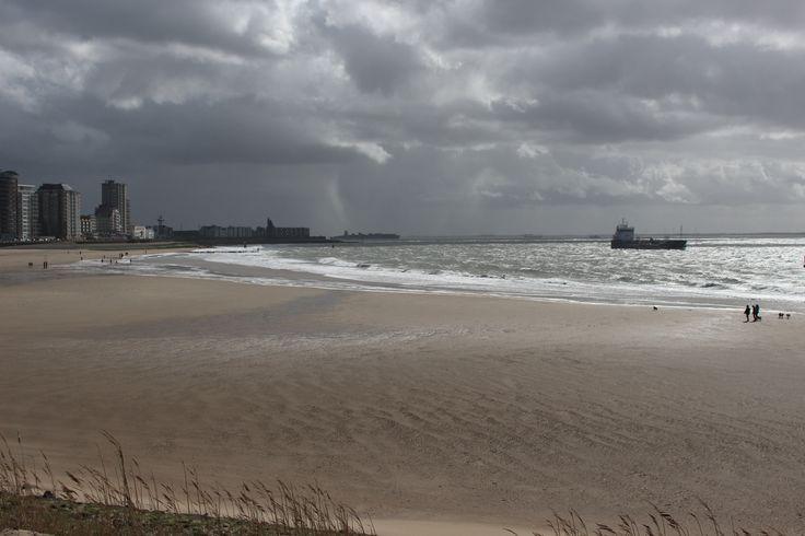 Donkere luchten boven Vlissingen beach