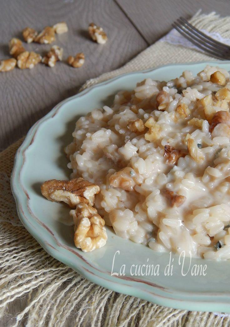 Risotto noci e gorgonzola cremoso e gustoso, la ricetta per fare un buonissimo risotto cremoso con il formaggio gorgonzola arricchito da pezzetti di noci