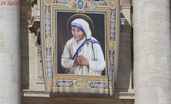 Sárí matky Terezy má vlastní ochrannou známku. Světice byla zneužívaná komercí