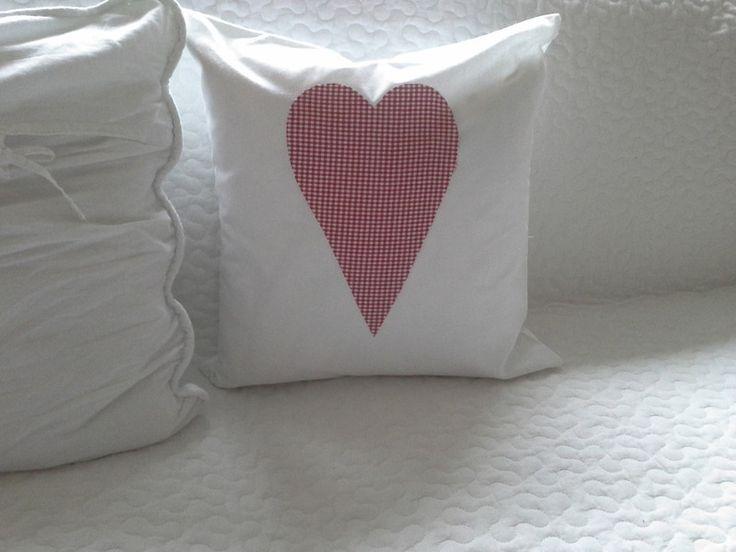 Weißes Kissen mit Herz, 40x40cm,rot kariert von primaliese via dawanda.com