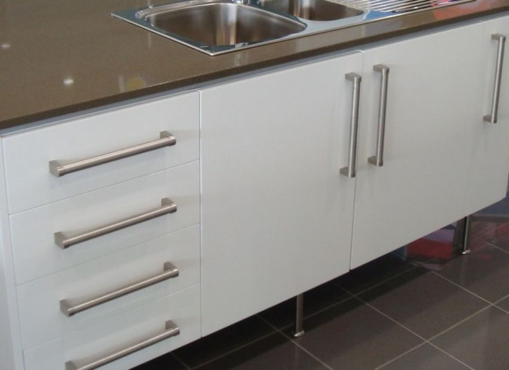 Kitchen Cabinet Handles – check various designs and colors of Kitchen Cabinet Handles on Pretty Home. Also check Hickory Cabinets http://www.prettyhome.org/kitchen-cabinet-handles/