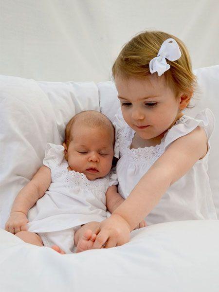 Endlich! Prinzessin Leonore von Schweden hat ihre große Cousine Estelle kennengelernt. Mama Victoria höchstpersönlich knipste die kleine