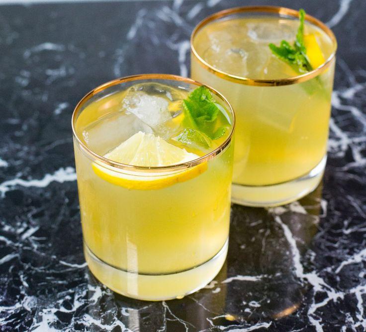 Törstsläckande lemonad som är ljuvlig att servera iskall, extra läskande och god en varm sommardag. Ca 1,7 liter lemonad 6-7 st citroner Ca 1,5 liter vatten Sockerlag: 2-3 dl socker (justera sötma efter smak) 2 dl vatten Recept på fler goda lemonad: Blåbärslemonad Hallonlemonad Citrusdrink Barley water Gör såhär: Koka upp sockerlag på ca 2-3 dl socker och 2 dl vatten, rör om tills sockret löses upp. Låt svalna.Pressa citronerna. Blanda citron, sockerlag och späd ut med vatten. Låt stå i…