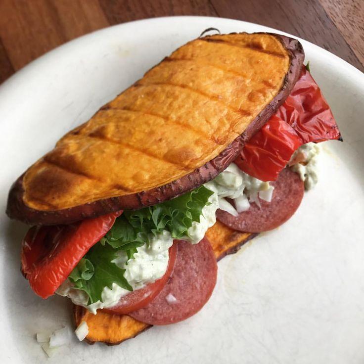 @ugenimadbilleder Sweet potato toast med guacamole, grillet rødpeber, tomat, salat, rød pesto og en god spege-pølse😍 I stedet for brød brugte jeg sweetpotato skiver, der blev ristet i ovnen efter penslede med olie og salt. Super lækkert alternativ til brød nogle gange. MyDiet Sötpotatis bröd bun
