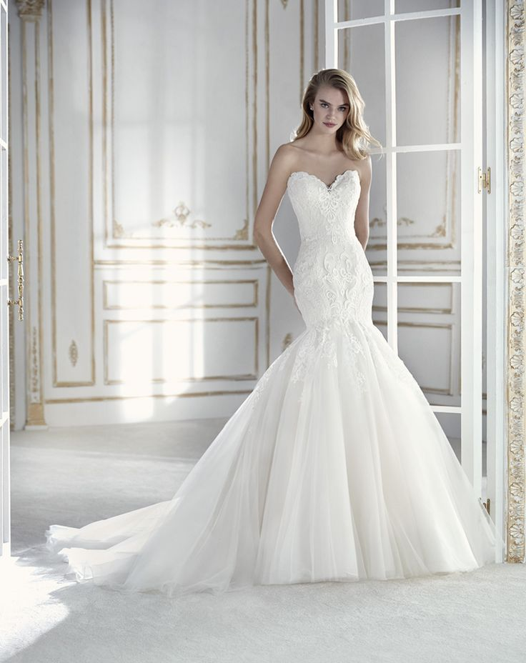 PAULET – LA SPOSA 2018 Sensuality first and foremost. This exquisite mermaid wedding dress with a full, dropped tulle skirt showcases the figure. An intricate design with a sweetheart neckline and bare back in embroidered tulle with lace appliqués. The corset effect of the back further stylizes the profile, creating the perfect bridal look PAULET...  Citește mai mult »