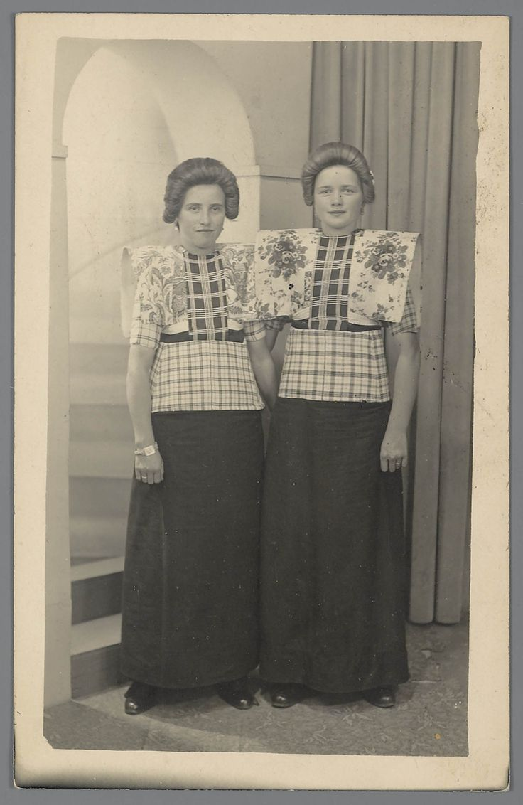 Vrouwen in dracht uit Bunschoten-Spakenburg - circa 1950 - 1960 Traditional Dutch costume
