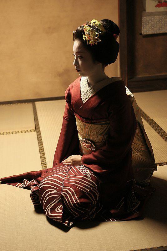 geisha-kai:  Kimika of Miyagawacho as a senior maiko by WATASAN on Flickr As a senior, she used to wear darker and simpler kimono with patte...