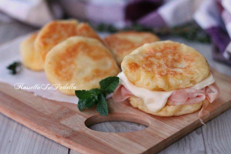 Schiacciatine di patate con mortadella e formaggio, velocissime frittelle a base di patate gustosissime da farcire. Per far felice tutti in famiglia.