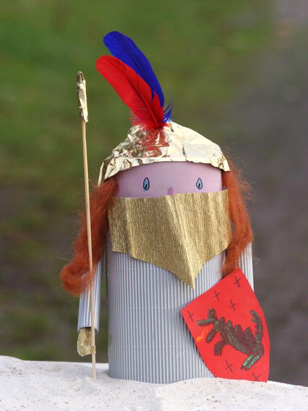 Aus einer Versandrolle und Bastelmaterial können Sie mit Ihrem Kind einen Ritter mit einem goldenen Helm basteln. Wir erklären Schritt für Schritt in unserer Bastelanleitung, wie der Edelmann entsteht.