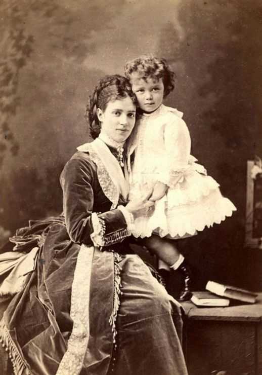 Когда-то маленьких мальчиков часто одевали именно в платьица, а не в штанишки. Мария Фёдоровна со своим сыном Николаем (Николаем II) 1870