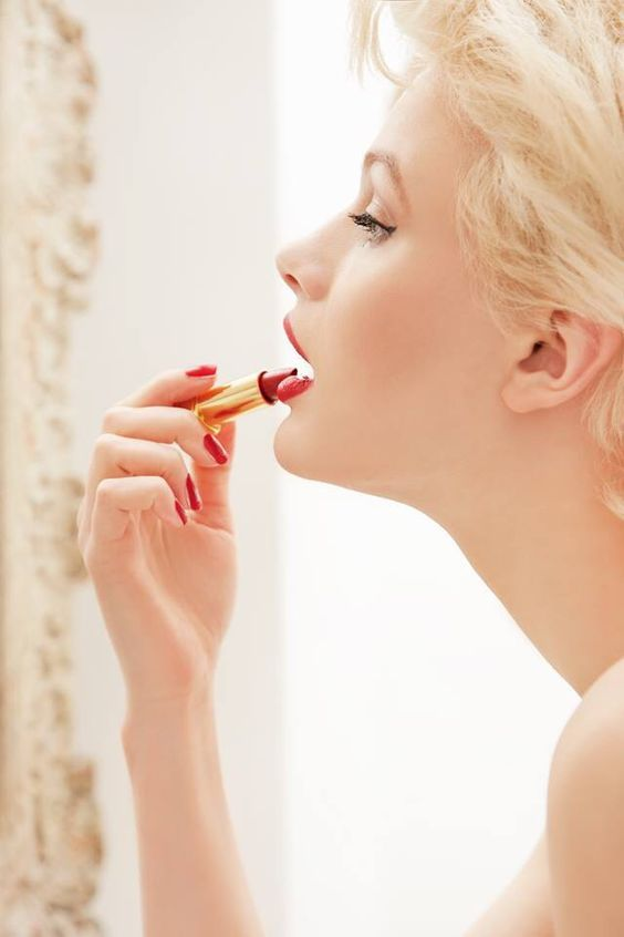 Getting the perfect outline when applying lipstick can be pretty tricky. But if you follow these 8 steps, you'll have perfect lips in no time!