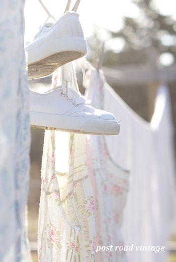 重曹水につけておいてから洗うことで、スニーカーの真っ白な輝きを取り戻します。
