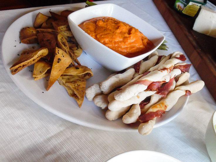 Glutenfrie brødstænger vredet med lufttørret skinke er den perfekte snack, appetizer eller tilbehør til en forret.