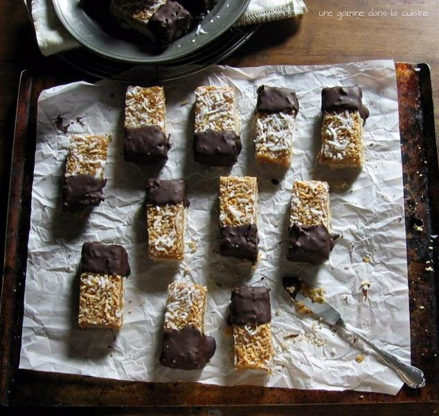 Chocolate Dipped Coconut Caramel-Honey Shortbread | une gamine dans la cuisine