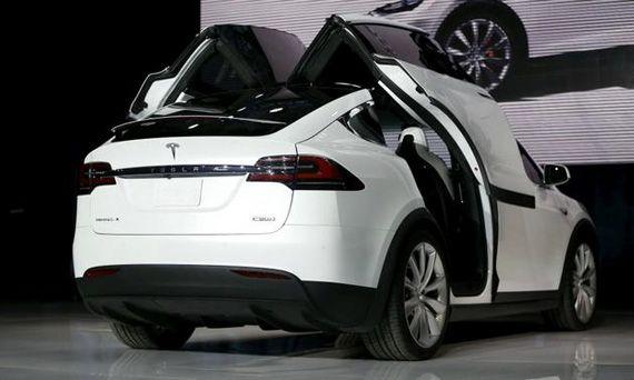 Задние двери «крылья ястреба» электрического кроссовера Tesla Model X / Тесла Модель Х 2016 – вид сзади