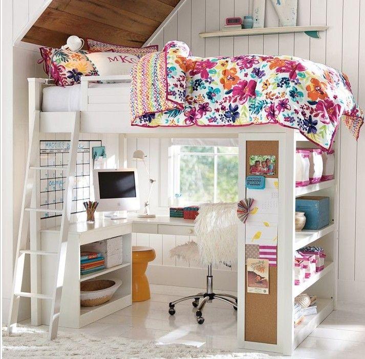 cuarto de una adolescente que es una litera con escritorio bajo de ella