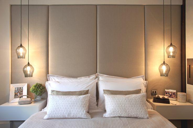 Colgar las luces dejan más espacio en las mesitas de noche.