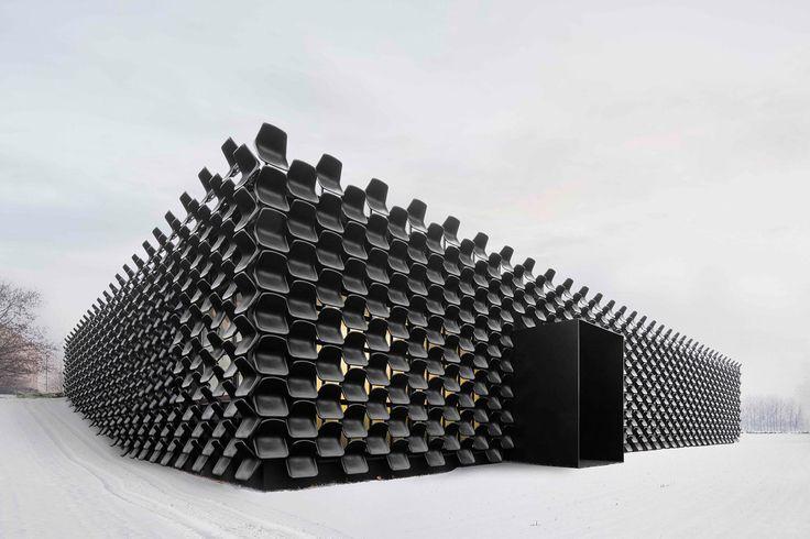 Eine Tribüne als Mauerwerk – 900 Plastikstühle machen diesen Showroom zum Eyecatcher #architecture #contemporary #modernarchitecture #moderndesign #interior4all #prettyhome #interiorwarrior #dreamhome #classyhome #interiordesign #architecturelovers #architectureporn #architecturephotography #architettura  📝 Article: Pierre 📷 Photo: Lukas Pelech 🍰 Link: http://schoenhaesslich.de/2017/eine-fassade-aus-schwarzen-plastikstuhlen-so-macht-man-einen-showroom-zur-seh