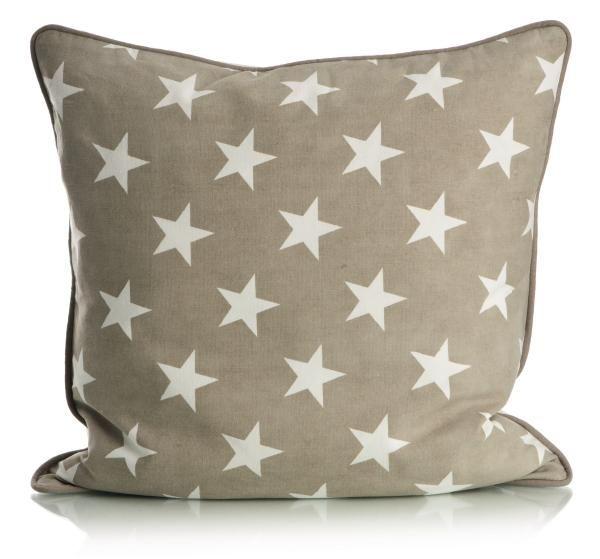 Stilig dun pyntepute med stjerner i beige og hvit.  Serien består av puter, pledd, brikker, løpere, teppe, brødpose, servietter, lys mm