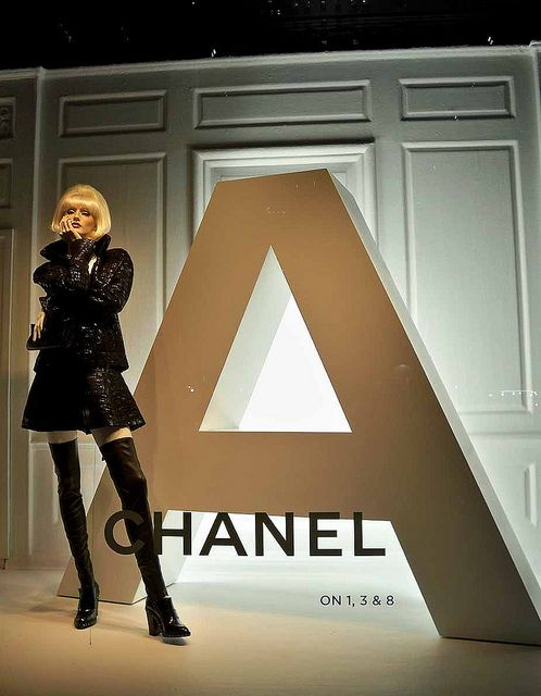 17 best images about vm on pinterest christmas window for Chanel milano boutique