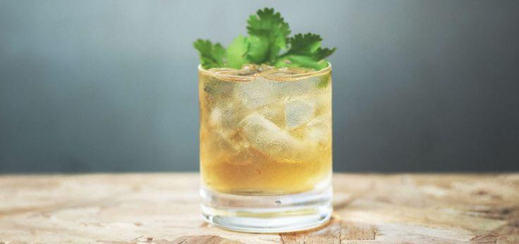 Isaac Newton  INGRÉDIENTS  1.5 oz (45 ml) de cognac 2 oz (60 ml) de jus de pommes 0.25 oz (8 ml) de sirop simple 0.25 oz (8 ml) de jus de lime 4 feuilles de menthe 6 feuilles de coriandre fraîche PRÉPARATION  Dans un shaker, mélanger tous les ingrédients avec de la glace.  Filtrer au tamis dans un verre Old Fashioned rempli de glace. Décorer de feuilles de coriandre fraîche.