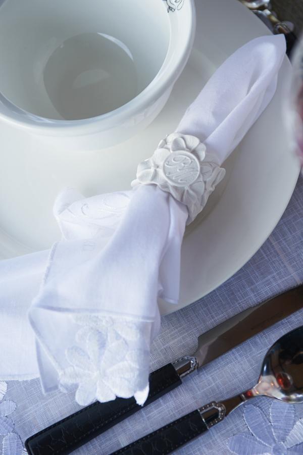 Эти четыре кольца для салфеток добавят солнечного настроения красиво сервированному столу.
