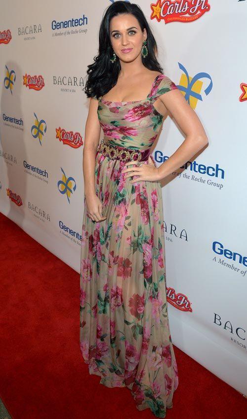 Katy Perry ficou chique e fresquinha com vestido floral fluido da Dolce & Gabbana! O cinto de pedrarias também é luxo total.    Katy Perry - Look do dia - Novembro de 2012 - CAPRICHO