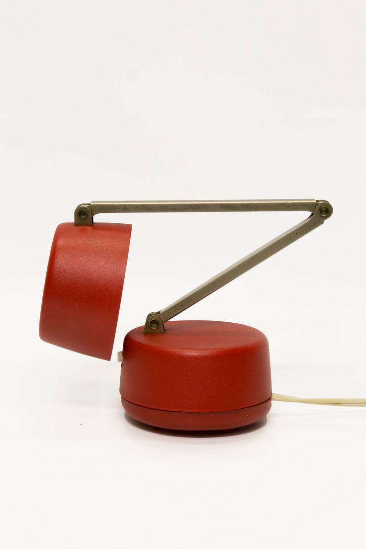 Vintage bed- of bureaulampje, kunststof voet en kapje in fel rood met chroom steeltje met scharnier.