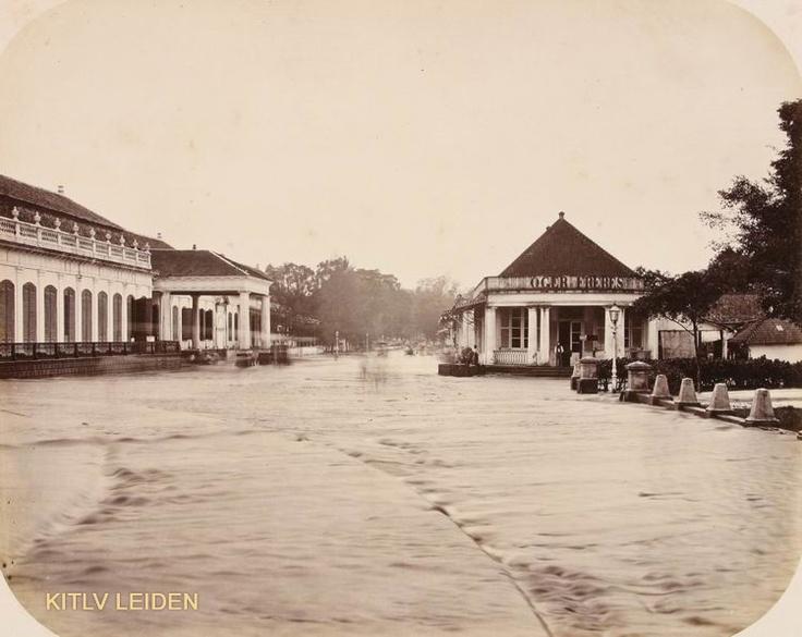 Banjir di Jakarta_2 :  Memang sudah warisan sejak jaman jebot, Gedung Harmonie- Jakarta. dari gedung inilah nama Harmoni (Persimpangan Harmoni) berasal.