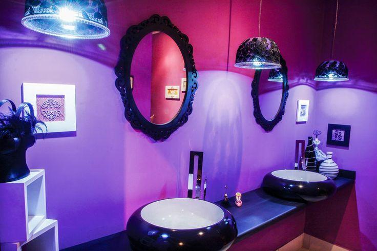 Olha essa luminárias: são saladeiras com aplicação de renda preta e acabamento em strass.