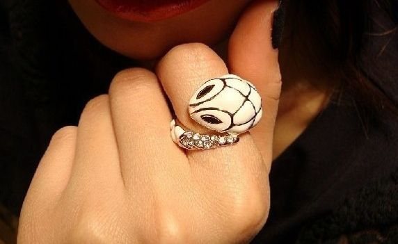 White twisted snake ring #rings #snake #jewelry #girl #fashion #makabelleshop www.makabelle.com