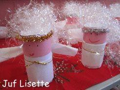 Kerstkrans, wc rollen groen verven, ijzerdraad erdoor halen, met rood en wit papier stroken erover