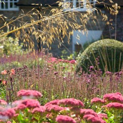 Tym, co charakteryzuje ogrody angielskie jest kompleksowość – wymieszanie wielu gatunków roślin – oraz łatwość w utrzymaniu. http://www.sztuka-krajobrazu.pl/39/slajdy/aranzacja-ogrodu-w-stylu-angielskim