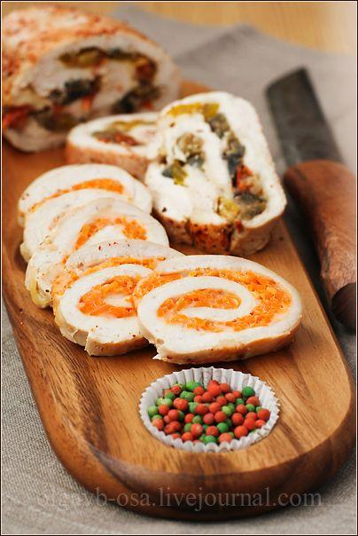 Снова куриные рулеты!) 69/100' Для рулета с морковкой нужно: 250 г тонко нарезанной (на терке для корейской морковки)свежей морковки 50 г сыра Гаудетте. Жирность – 7%. 1 ст. ложка уксуса 9% 2 зубчика чеснока соль, перец – по вкусу  Для рулета с баклажанами нужно: 1 небольшой баклажан 1 болгарский перец 1 большой помидор 1 маленькая луковица 2 ст. ложки соевого соуса соль, перец – по вкусу  кроме того нам понадобится: 4 шт. куриного филе - примерно 500 г пищевая пленка