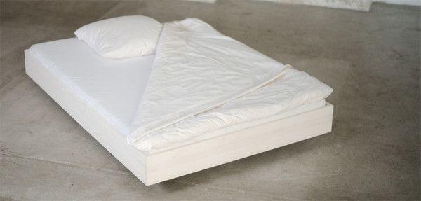 Schöne ökologische Betten. Inklusive plastikfreier Verand! Schwebendes Massivholzbett mit weißem ökologischem Farbwachs im Futon-Bett Stil als Einzelbett und Doppelbett. Schlichtes und zeitloses Design.