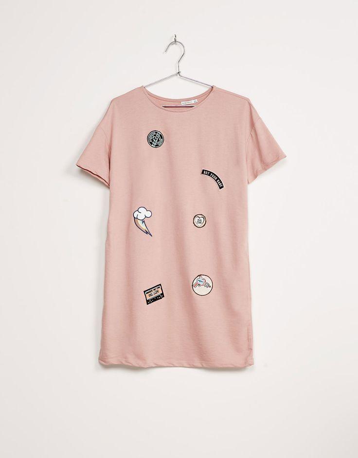 Vestido parches. Descubre ésta y muchas otras prendas en Bershka con nuevos productos cada semana