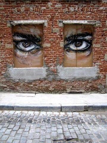 C'est bien connu la brique est isolante  et le fait qu'il y ait des fenêtres  sur rue ne donne pas pour autant  la liberté . .Sauf celle de penser . ...