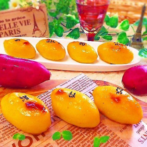 今日は、ヘルシーな野菜スイーツの定番♡友人に教えてもらったレシピで大好きなスイートポテトを作りました^ - ^食物繊維、ビタミンCたっぷりなサツマ芋♪とってもなめらかで、しっとり濃厚♡決め手は、バニラアイス♡スイートポテトに必要な、卵黄、砂糖、生クリームなどが全て入っていて、手軽に本格的な味がお家で楽しめます^ - ^ ◆材料(写真6〜7個分) さつまいも  350g(中 2本くらい) バニラアイス  100g(今回スーパーカップ使用) バター or マーガリン  20g   ツヤだし ◎卵黄  1個 ◎蜂蜜 小さじ1/2くらい  あれば 黒ゴマ  少々  ◆作り方 1.さつまいもは皮を剥き、適当な大きさにカットし、水にさっとくぐらせ、耐熱皿にのせ、ふわりラップし、レンジで柔らかくなるまでチン。約600w5〜6分(串がスーっと刺さるまで) 2.フードプロセッサーに、熱いうちに1のさつまいもと、バニラアイス、溶かしバターを入れて滑らかになるまで攪拌する。(フープロがなければ、ボール入れてマッシュして潰す) 3.好きな形に成型して、ツヤだし用の◎をハケで塗る。お好みで黒ゴマ...