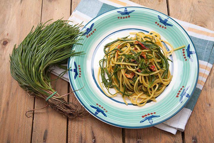 Spaghetti con agretti, curcuma e coriandoli di peperone