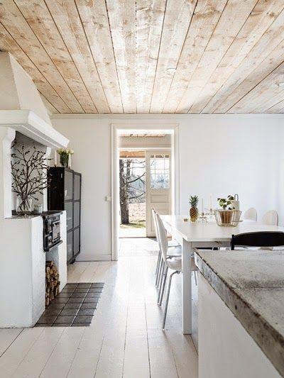 Steigerhout plafond in een witte keuken