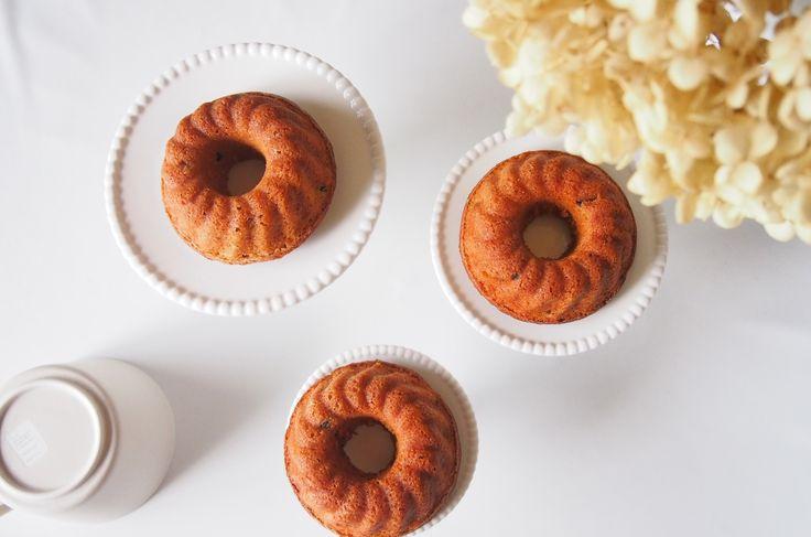 こんにちは、えみ(@himawari_emi)です。  今回は、見た目もかわいいケーキ「クグロフ」をご紹介させていただこうと思います。まずはクグロフの説明を少しだけ。 クグロフとは、中心に穴が開き、らせん状に溝が入った王冠のようなリング型で焼いたフランスのアルザス地方を代表するお菓子のこと。この地域では、結婚式、子供の誕生日、クリスマスなど、お祝いごとには欠かせないハレの日に食べるお菓子です。 かのマリーアントワネットは、朝食必ず食べていたとも言われるほど大好物だった伝統菓子だそうです。 クグロフと名前だけ聞くと、ケーキ?パン?と悩まれる方もいるかもしれません。実は、この型で焼いたものを総称して「クグロフ」と呼び、生地にアーモンドやドライフルーツを入れたりレシピも様々。 その中から今回は、これからの季節にぴったり「マロンクリームのクグロフ」をご紹介させていただきます!(記事の最後には、プレゼント用のラッピング方法も紹介しています) 材料(10cmのクグロフ型6個)  ・薄力粉:卵:砂糖:バター=1:1:1:1 ・ベーキングパウダー……3g ・マロンクリーム……60g ※…