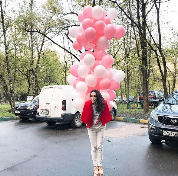 Виктория Дайнеко запустила подарок бывшего мужа в небо https://dni24.com/exclusive/129245-viktoriya-dayneko-zapustila-podarok-byvshego-muzha-v-nebo.html  Накануне Виктория Дайнеко отпраздновала 30-й день рождения, получив поздравления от поклонников, друзей, и даже бывшей супруг популярной певицы решил присоединиться. Но вместо того чтобы сохранить полученный от него подарок, именинница запустила в небо.