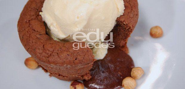 Petit Gateau de Creme de Avelã - Em uma panela em banho-maria, coloque o creme de avelã e a manteiga e misture bem. Reserve. Em uma batedeira, bata os ovos com o açúcar de confeiteiro até que obtenha um creme esbranquiçado. Acrescente a avelã triturada, o chocolate em pó, a farinha de trigo e, por fim, o creme de avelã reservado. Misture …